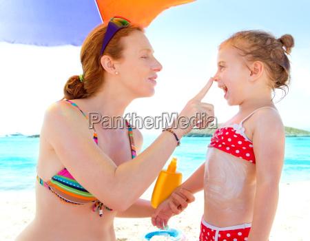 corka i matka na plazy z