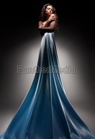 piekna brunetka w dlugiej sukni