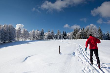 young man narciarstwo biegowe na pieknym
