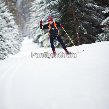 mlody mezczyzna narciarstwo biegowe