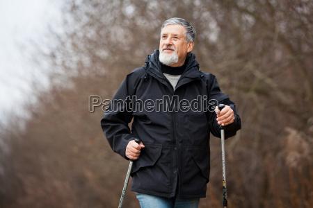 starszy mezczyzna nordic walking