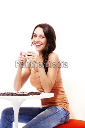 wesola kobieta siedzi przy stole z