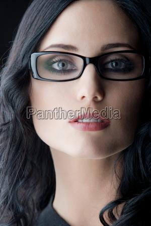 brunetka w okularach