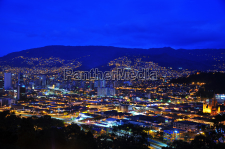 medellin kolumbia w nocy