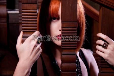 piękna, kobieta, rude, na, schodach, wewnątrz - 6597133
