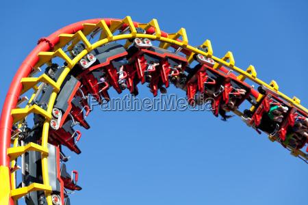 roller coaster na niebieskim tle