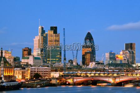 londyn drapacze chmur na zmierzchu