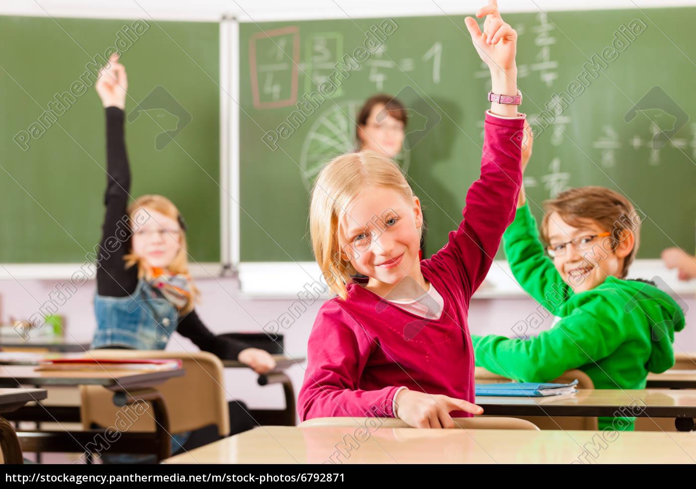 nauczyciel, z, uczniami, w, szkole, w, edukacji - 6792871