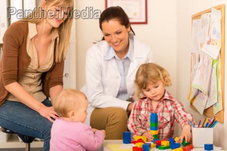 pediatra matka corka gra w biurze