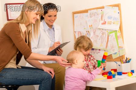 pediatra obserwuje aktywnosc dzieci