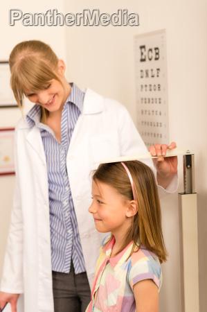pediatra zmierzyc wysokosc little girl