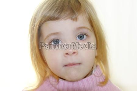 blond mala dziewczynka niebieskie oczy portret