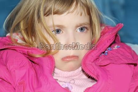 smutny gest w blond malej dziewczynce