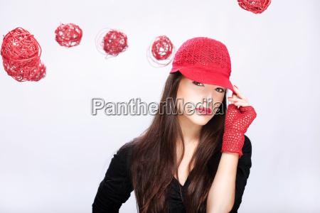 kobieta w czerwonym kapeluszu miedzy czerwonymi