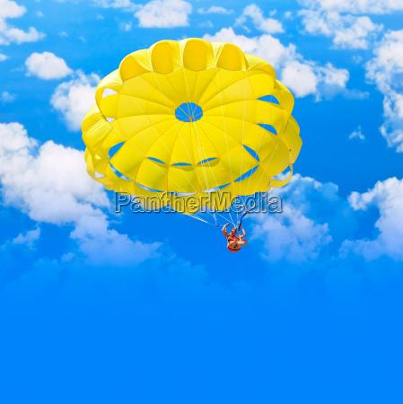 samica spadochroniarz na blekitne lato niebo