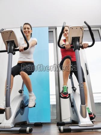 womanworkout w klubie fitness na uruchomionej