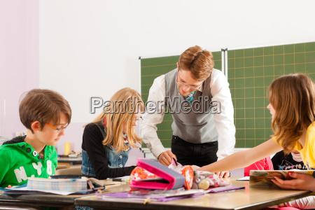 dzieci w wieku szkolnym i nauczyciele