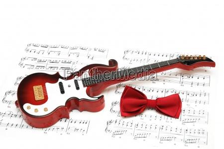 nuty gitara i muszka na bialym
