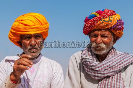 dwie stare hindus z kolorowym turbanie