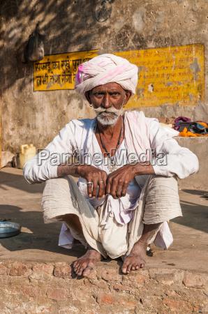 stary, siedzi, indian, man, z, turbanem - 7486785