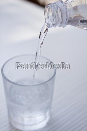 Swieza zimna czysta woda w butelce