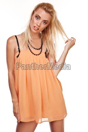 seksowna kobieta w krotkiej szyfonowej sukience