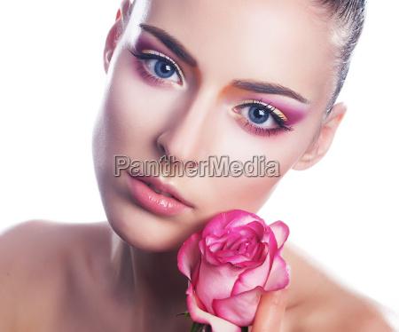 zmyslowa piekna dziewczyna twarz z kwiatem