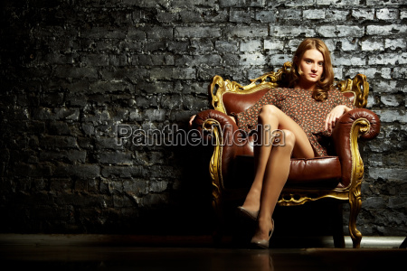 kobieta w fotelu