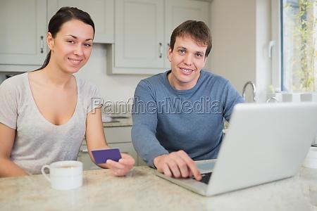mloda para zakupy online na laptopie