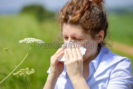 kobieta z grypa lub alergii kichanie