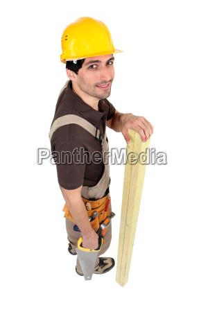 budowniczy z drewnem i pila