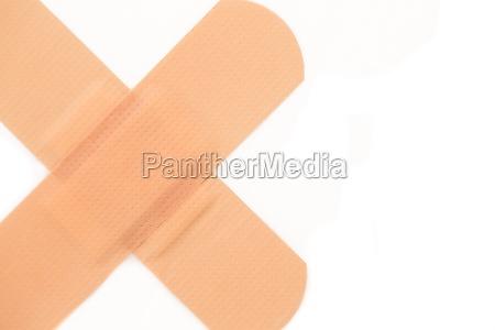zblizenie krzyz plaster bol wypadek rannych