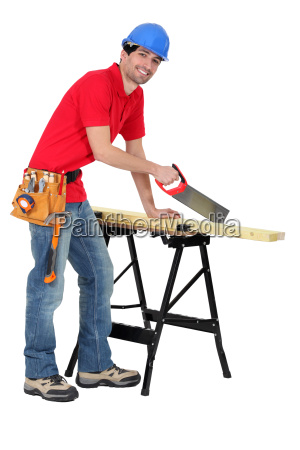 stolarz pilowanie kawalka drewna