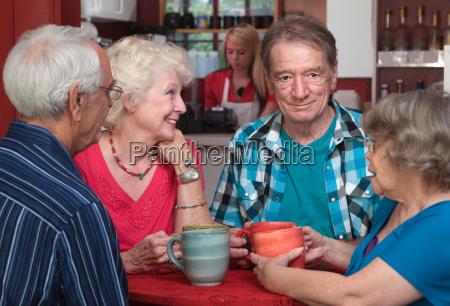 starsi dorosli w rozmowie