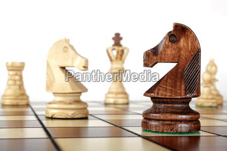 szachy na boisku konie na pierwszym