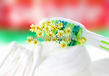 szczoteczka do zebow z drobnymi kwiatami