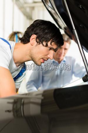 klient i mechanik w samochodzie wyglada