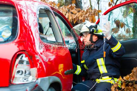wypadek straz pozarna ratuje crash ofiara