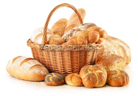 chleb i bulki w wiklinowym