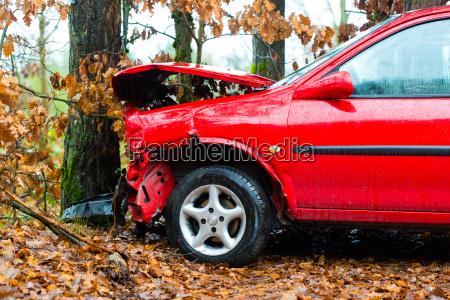 wypadek samochod odbil sie od