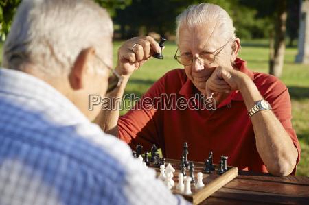aktywni emeryci dwoch starszych mezczyzn gra