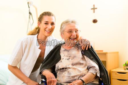 wiek i opieka opiekunka i starszy
