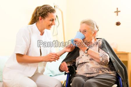 wiek i opieka pielegniarka i starsza