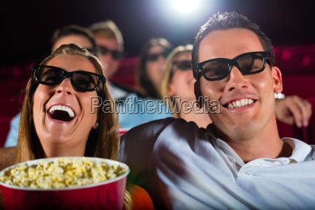 mlodzi ludzie ogladaja film 3d w