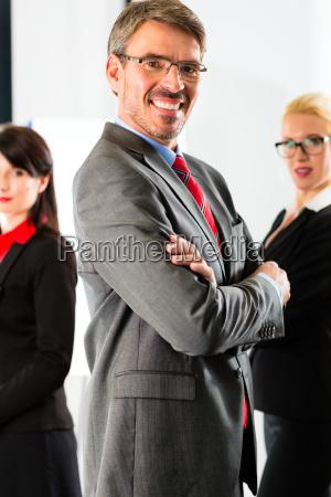 biznes grupa biznesmenow w biurze