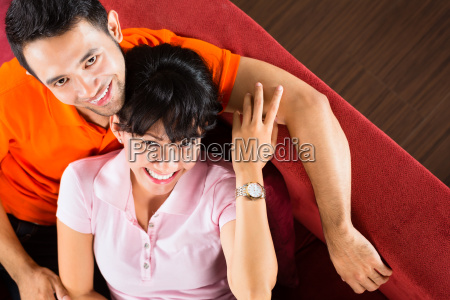 asian para w domu na kanapie