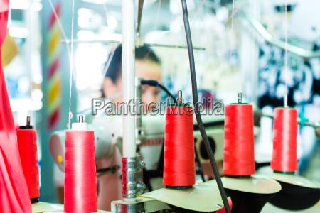 szpule nici w fabryce wlokienniczej