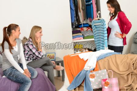 mloda dziewczyna pokazujac koszule przyjaciol po