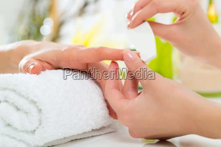 kobieta w salonie paznokci dostaje manicure