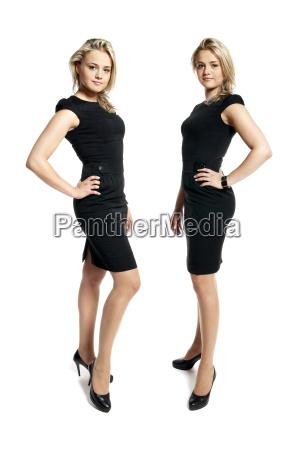dwie atrakcyjne mlode kobiety w czarnej